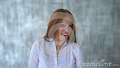Sluit omhoog portret van een jonge vrouw Kinetisch gedrag en gebaren zij is weerzinwekkend Langzame Motie stock videobeelden