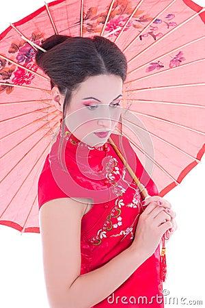 Sluit omhoog portret van meisje in rode Japanse kleding met paraplu is