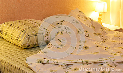 De kleren van het bed