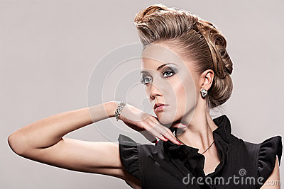 Sluit omhoog van blondevrouw met manierkapsel