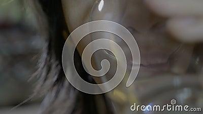 Sluit omhoog van een mensen jonge mannelijke patiënt die een capsule van antibiotisch slikken en een glas water na het drinken - stock footage