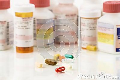 Sluit omhoog van geassorteerde pillen en voorschriften