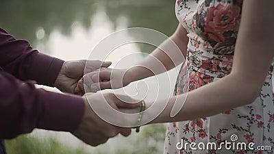 Sluit omhoog van twee minnaars die bij handen aansluiten zich Het detailsilhouet van Man en Vrouwenholding overhandigt de Achterg stock footage