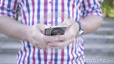 Sluit op de mens ` s overhandigt het doorbladeren omhoog smartphone schuifschot stock videobeelden