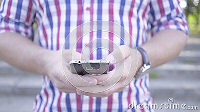 Sluit op de mens ` s overhandigt het doorbladeren omhoog smartphone schuifschot stock footage