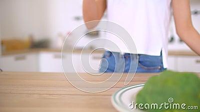 Sluit vrouw die terug van gezondheidsclubkeuken heerlijke gezonde plantaardige smoothie omhoog drinken - gezondheidsclubwijfjes stock video