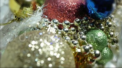 Sluiten van een rotatie van meerkleurige kerstballen, sneeuwvlok, kristal, garland, bult stock videobeelden