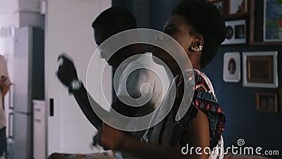Sluiting van de gelukkige Afrikaanse Amerikaanse vrouw en man die danst op de partij van de multi-etnische feestdagen, langzaam b stock videobeelden