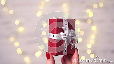Sluiting van de vingers van een vrouw met een kleine doos cadeautjes stock videobeelden