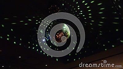 Sluiting van een disco-bal die licht reflecteert in een nachtclub stock video