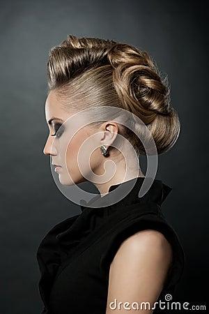 Slutet av den blonda kvinnan med danar upp frisyren