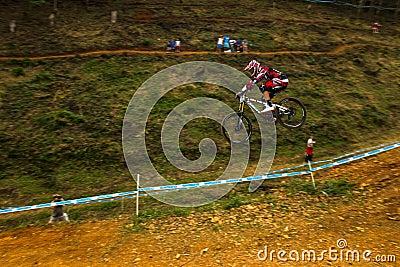 Sluttande Greg Minnaar för flygkontroll 2 Racer MTB Redaktionell Bild