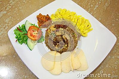 Smażący ryżowy azjatykci jedzenie