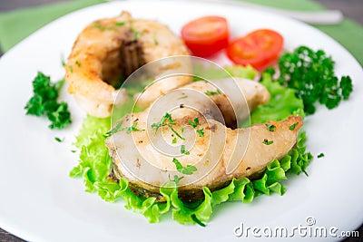 Smażący warzywa i ryba