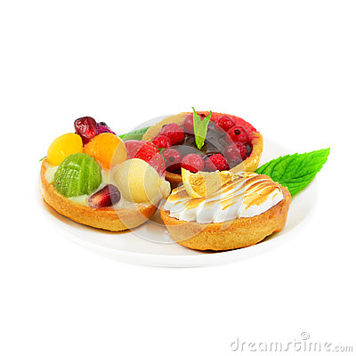 Small cakes with fruit and cream