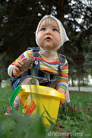 Small girl play on the grass
