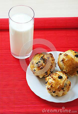 Small muffins on plate and glass
