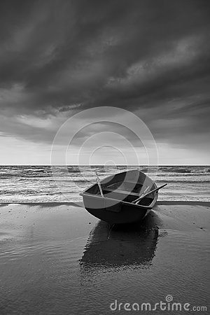 Free Small Rowboat On Beach, Black And White Royalty Free Stock Photography - 110998627