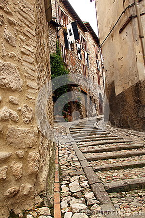 Smalle straat tussen gebouwen