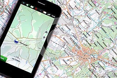 Smartphone avec le GPS et une carte