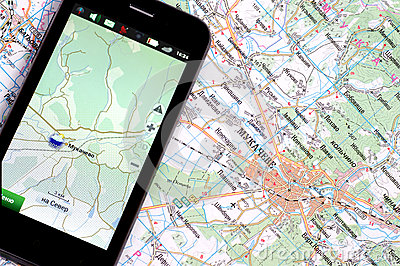 Smartphone com GPS e um mapa