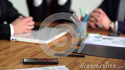 Smartphone jest na stole, ono wziąć kobietą i sprawdza zbiory