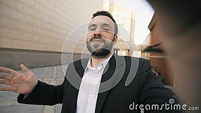 Smartphone que habla barbudo joven del hombre de negocios que tiene reunión de negocios video de la charla Hombre de negocios usa almacen de video