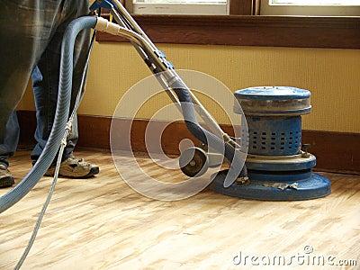 Smeriglitatura del pavimento di legno duro