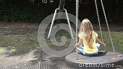 Smiley Girl Swinging Outdoor feliz, niño que juega en los niños 4K del parque del patio almacen de video
