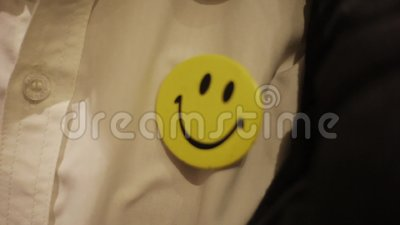 Smiley-Schildgelb auf weißfarbigen Hemden, die von Männern getragen werden, die bis spät in die Nacht im Büro arbeiten stock footage