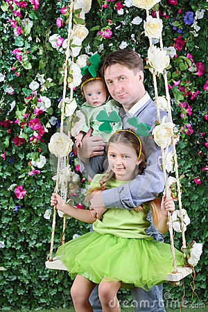 Free Smiling Father With Baby And Little Girl With Shamrock On Head Royalty Free Stock Images - 34670109