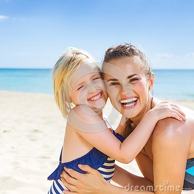 Free Smiling Healthy Mother And Daughter On Seashore Embracing Royalty Free Stock Photography - 93877557