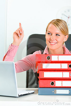 Smiling modern business woman showing idea gesture