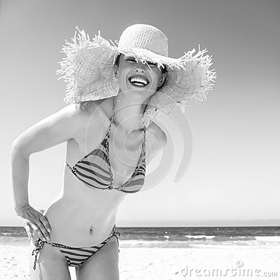Free Smiling Modern Woman In Bikini And Beach Straw Hat On Seacoast Royalty Free Stock Photography - 112963477