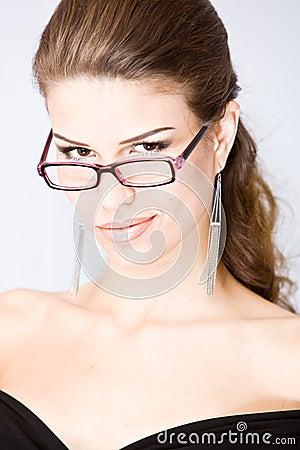 Smirking junge Frau