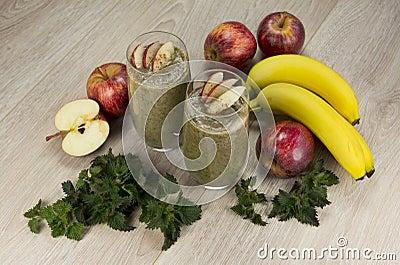 Vegan Attitude - Page 2 Smoothie-vert-sain-avec-des-pommes-des-bananes-l-ortie-et-la-cannelle-54998439