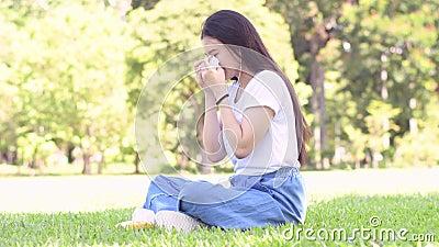 Smutny i płaczu Azjatycka kobieta zbiory wideo