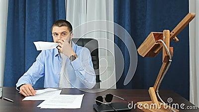 Smutny mężczyzna łasowania papier wolno zbiory wideo