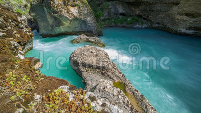 Snabb bergflod i en kanjon av Aksu, Kasakhstan - 4K Timelapse stock video