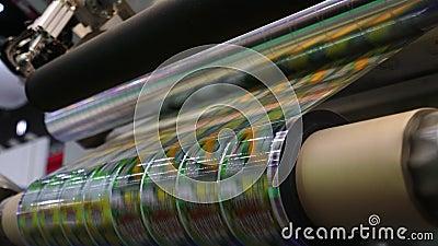 Snabb märkande maskin i industriell fabrik Maskin för klistermärke på produkt i tillverkning Böjligt förpacka lager videofilmer