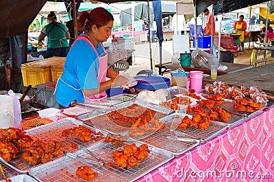 Snabbmat på marknadsföra i Khao Lak Redaktionell Arkivbild