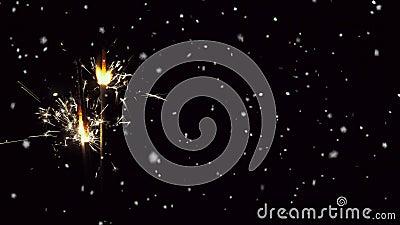 Sneeuw valt en sparkler geanimeerd op zwarte achtergrond stock footage