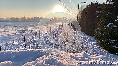 Sneeuwdia Sluit meningsos omhoog sneeuw nave De tijd van de zonsondergang Bevroren rivier op achtergrond stock footage
