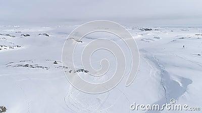 Sneeuwscooteraandrijving op sneeuw noordpool majestueus landschap stock videobeelden