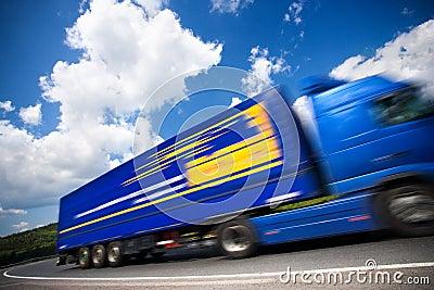 Snel bewegende vrachtwagen