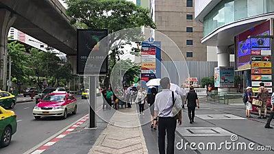 Snelheidsbeweging timelapse van camera die zich door de menigte in stedelijke de stad van Thailand bewegen Mensen die naar vele p stock video