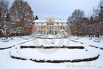 Snöig landskap av abbotss slott i Oliwa