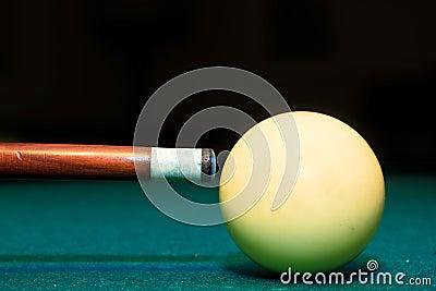 Snooker il randello e la sfera bianca in una tabella di biliardo