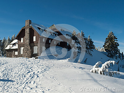 Snow bound lodge at Crater Lake