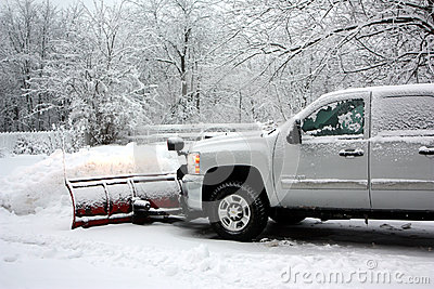 Snow som plogar efter en häftig snöstorm